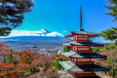 Bergkant van mening fuji-San bij Pagode Chureito Stock Afbeeldingen