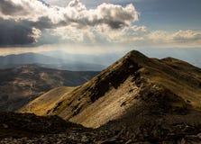 Bergkant Zonovergoten door Zonstralen in de Pyreneeën stock fotografie