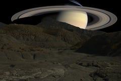 Bergkanter på bakgrunden av den Saturn planeten royaltyfria foton