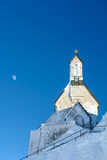 Bergkapell mot en djupblå himmel Royaltyfri Foto