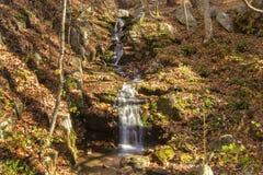 Bergkaskadvattenfall Arkivfoto