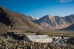 Bergketen bij Pangong-Meer Het licht en de schaduw van runrise blur royalty-vrije stock foto's
