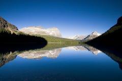 Bergketen die in meer nadenkt Stock Afbeelding