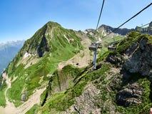 Bergketen en vallei met kabelbaan, mening van een hoogte stock fotografie