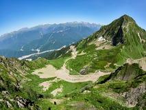 Bergketen en vallei met woonhuizen, mening van een hoogte royalty-vrije stock afbeeldingen