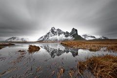 Bergketen met bezinning stock foto's