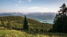 Bergketen met groene weide Royalty-vrije Stock Foto's