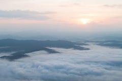Bergketen met mist Stock Afbeelding