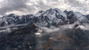 Bergketen met wolken en gedeeltelijk zonlicht Royalty-vrije Stock Afbeeldingen