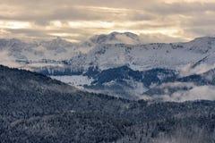 Bergketen met wolken en helder zonlicht Stock Afbeelding