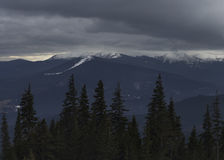 Bergketen onder bewolkte hemel Royalty-vrije Stock Afbeelding