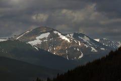 Bergketen onder de bewolkte hemel Royalty-vrije Stock Afbeelding
