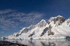 Bergketen op één van de eilanden dichtbij Antarctische Peninsul Stock Foto's