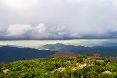 Bergketen op Hainan-Eiland met zware wolkendekking Stock Foto's