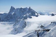Bergketen tussen witte wolken royalty-vrije stock foto's