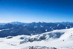 Bergketen van Kaukasische Bergen in de blauwe hemel De Kaukasus stock foto's