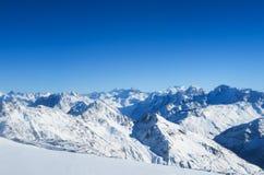 Bergketen van Kaukasische Bergen in de blauwe hemel De Kaukasus royalty-vrije stock foto's