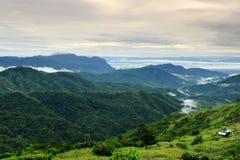 Bergketens en mist Stock Afbeeldingen