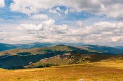 Bergketens onder de wolken Royalty-vrije Stock Foto's
