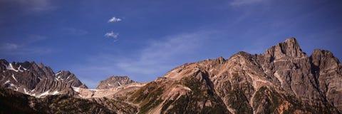 Bergketens op een zonnige dag Royalty-vrije Stock Foto's