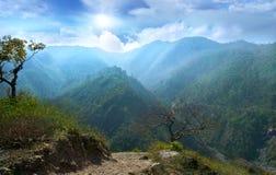 Bergketens van tegen zon Stock Afbeeldingen