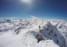Bergklättring på en kant i vintern, Hochfà ¼gen, Österrike Arkivbild