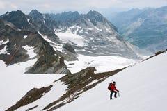 Bergklättring på glaciären royaltyfri bild