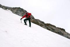 Bergklättring på glaciären fotografering för bildbyråer