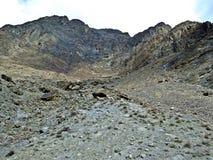 bergklip bij de rand van de Vallei van prestinehunza, Karakoram-Weg, Pakistan stock foto
