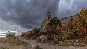 Bergklippa på en molnig höstdag Arkivbilder