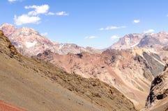 Bergkloof op de achtergrond van de hemel Royalty-vrije Stock Fotografie
