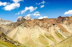 Bergkloof op de achtergrond van de hemel Royalty-vrije Stock Foto's
