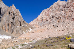 Bergkloof op de achtergrond van de hemel Royalty-vrije Stock Foto