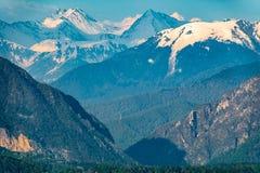 Bergklyfta med höga berg med snöig maxima royaltyfria bilder