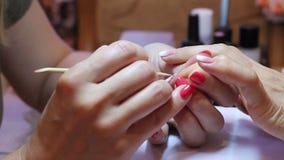 Bergkristallen het van toepassing zijn Mooie de vrouwenringvinger van de manicure hoofdholding stock footage