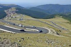 Bergkurvor till Ranca royaltyfria bilder