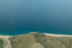 Bergkust i havet Arkivbild