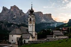 Bergkyrka i den alpina byn Fotografering för Bildbyråer