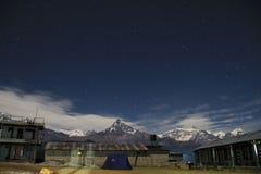 Bergläger på natten Royaltyfria Foton