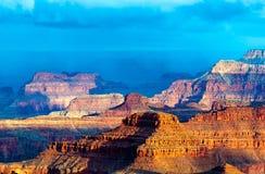 Berglättnad av Grand Canyon mot den blåa himlen Royaltyfri Bild