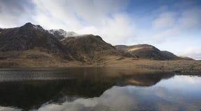 Berglandschaft über einem See Stockbilder