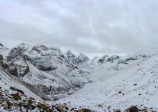Berglandschaft auf dem schneebedeckten Thorong-Ladurchlauf, Nepal Stockbild