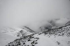 Berglandschaft auf dem schneebedeckten Thorong-Ladurchlauf, Nepal Lizenzfreie Stockfotos