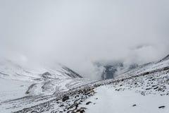 Berglandschaft auf dem schneebedeckten Thorong-Ladurchlauf, Nepal Lizenzfreies Stockfoto