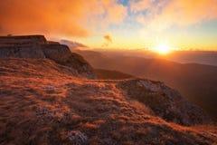 Berglandschaft in der Herbstzeit während des Sonnenuntergangs stockbilder
