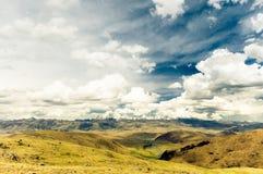 Berglandschaft durch Tagong-Wiese in China Stockbilder
