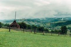 Berglandschaft, ein Platz im Herbstnebel Lizenzfreies Stockbild