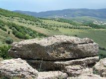 Berglandschaft: Felsen und Tal Lizenzfreies Stockfoto
