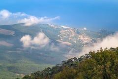 Berglandschaft, Felsen, Wald und Stadt Stockbild