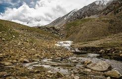 Berglandschaft, Fluss und Steine Stockbilder